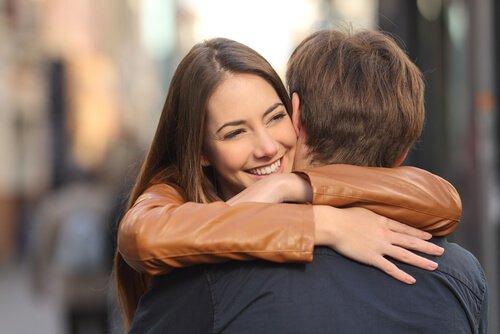 Amigos-abrazándose-en-la-calle